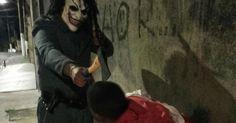 Ouvidor pede apuração de foto de PM com machado e máscara de palhaço