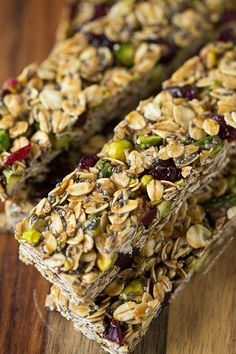This easy granola bar recipe is a delicious snack. Make some Cranberry Pistachio Granola Bars for your family – they'll love this tasty snack! Healthy Bars, Healthy Treats, Healthy Eating, Healthy Recipes, Yummy Snacks, Yummy Food, Good Food, Tasty, Granola Bar Recipe Easy