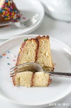 An easy vegan gluten-free vanilla cake recipe that is tender and better than any bakery style gluten-free cake. You are going to love this gluten-free vanilla cake. Cookies Sans Gluten, Dessert Sans Gluten, Gluten Free Cupcakes, Gluten Free Sweets, Gluten Free Chocolate, Gluten Free Baking, Vanilla Cake Pop Recipe, Dairy Free Vanilla Cake, Vanilla Cupcakes