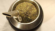 Drinking yerba mate is something that every tea enthusiasts should try. Once you try it, you'll want to know where to buy yerba mate - read on to learn Chilean Recipes, Chilean Food, Yerba Mate Tea, Different Types Of Tea, Tea Reading, Popular Drinks, Gourds, Dog Food Recipes, Herbalism