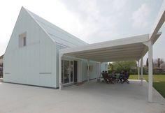 L'edificio di nuova costruzione che ospita una residenza monofamiliare sorge a Bellusco su progetto degli architetti Emanuele Tanzi e Marco Ballarè.
