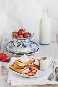 Waffles with strawberries and cream – delicious! Waffle Recipes, Brunch Recipes, Sweet Recipes, Dessert Recipes, Desserts, Breakfast Desayunos, Power Breakfast, Perfect Breakfast, Pancakes And Waffles