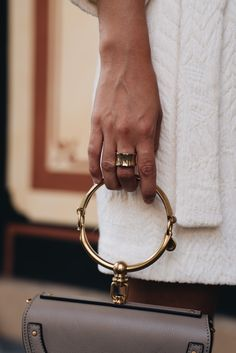 Nina Schwichtenberg trägt die Chloé Nile Bag in gray & einen Tommy Hilfiger Ring als Accessoires zu einem hellen Sommerkleid von Mango. Mehr auf www.fashiioncarpet.com