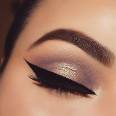 ⭐️ Sparkly lids,  a blended crease and a wing liner is all we need ⭐️ mua_nina knows how to execute flawlessly.