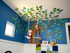 עיצוב חדר ילדים. ציור קיר בשילוב בובות תלויות על חוט.