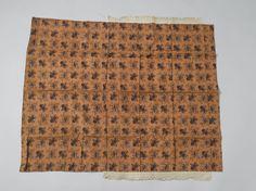 Luier of wikkeldoek van bruine gebloemde stof.