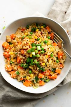 Vegan cauliflower fried rice recipe is a quick and healthy alternative to classic fried rice. Easy to make in 20 minutes, low-carb, filling and delicious. Cauliflower Fried Rice, Cauliflower Recipes, Rice Recipes Vegan, Whole Food Recipes, Healthy Meals, Easy Meals, Healthy Recipes, Healthy Rice, Healthy Food