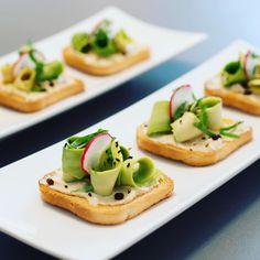 ピーラーで、アボカドを細長くスライスした「シェイブドアボカド」が、海外でいま流行しているんです。トーストやサラダにトッピングすれば、美しい緑色が華を添え、その上ヘルシー。主にインスタグラムから、みなさんのアイデアを紹介します。