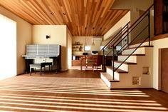 ご主人の理想は「面白い家」。スキップフロアやロフト空間、またネイビーのとウッドのコンビネーションの外観など、工務店で建てる注文住宅ならではのこだわりがカタチとなりました。