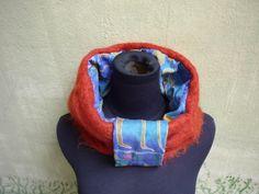 um cachecol e uma encharpe, combinadas fica uma gola mt divertida disponível