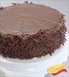 """"""" Torta Suflair"""" (Aro 24) - Massa leve de cacau recheada e coberta com brigadeiro e confeitada  com ganache e raspas de chocolate."""
