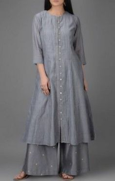 Grey Button-down Chanderi Kurta Tesettür Hırka Modelleri 2020 Dress Neck Designs, Designs For Dresses, Blouse Designs, Indian Designer Outfits, Designer Dresses, Designer Kurtas For Women, Indian Dresses, Indian Outfits, Khadi