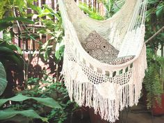 Beige Sitting Hammock with Fringe and Loose Threads von hamanica