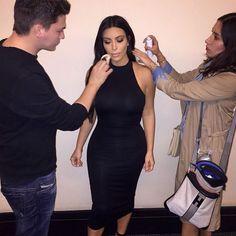 Mario Dedivanovic maquiando Kim Kardashian.