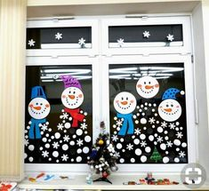 Best Office Cubicle Christmas Decorations – Top 6 Ideas for the Holiday Season - Office Solution Pro Easy Christmas Crafts, Christmas Crafts For Kids, Winter Christmas, Kids Christmas, Christmas Cubicle Decorations, School Window Decorations, Office Christmas, Theme Noel, Diy And Crafts