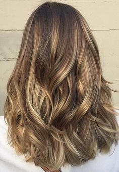Gorgeous Brown Hairstyles with Blonde Highlights: Medium Brown Hair with Buttery Blonde Highlights Trendfrisuren Brown Hair Shades, Brown Hair With Blonde Highlights, Brown Hair Balayage, Brown Ombre Hair, Balayage Brunette, Brown Hair Colors, Honey Balayage, Hair Colours, Brown Beach Hair