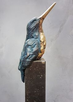 'IJsvogel brons patina op sokkel' van Laurens Spier John de Gelder Common Kingfisherhoto by A portrait of a Horned Puffin as it looks skywar Clay Birds, Ceramic Birds, Ceramic Animals, Ceramic Pottery, Ceramic Art, Plaster Sculpture, Art Sculpture, Pottery Sculpture, Animal Sculptures