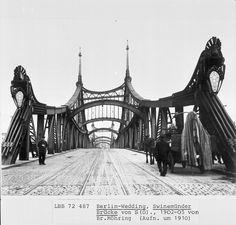 """Swinemünder Brücke (gebaut 1902-1905) hier 1910. Der Mittelteil der Brücke wurde im 2. Weltkrieg zerstört und 1954 wieder aufgebaut, aber auch """"versachlicht"""". Im Volksmund hieß sie die """"Millionenbrücke"""", weil sie die bis dato teuerste Brücke war und man außerdem meinte, sie sei mit 1 Million Nieten zusammen gehalten..."""
