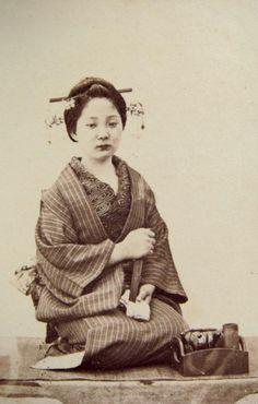 Ueno Hikoma, courtisane assise en seiza, carte de visite, v. 1865, coll. Christian Polak.