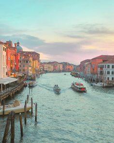 #sunset #落ち着く #おだやか #素敵 #幻想的 / #景色が見ていた飽きない #水の街並み #建物がシックでオシャレ / #水辺 #夕焼け #淡い色 #爽やか