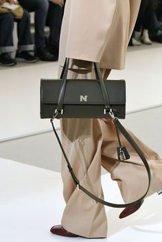 See the Hottest Bags Making Their Debut at Paris Fashion Week Bags 2018, Vintage Bags, Leather Shoulder Bag, Shoulder Bags, Bag Making, Fashion Bags, Purses And Bags, Women's Bags, Fashion Accessories