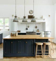 Le noir, c'est toute une histoire… Créant une atmosphère d'intimité luxueuse et audacieuse, opter pour une cuisine aménagée noire est un ch...