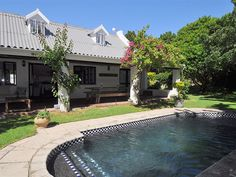 Stableford 30 - Stableford 30 is 350 metres from the popular Robberg Beach in Plettenberg Bay and offers quality accommodation to a family or group of friends. It is close to several shops, restaurants, the beach, activities .