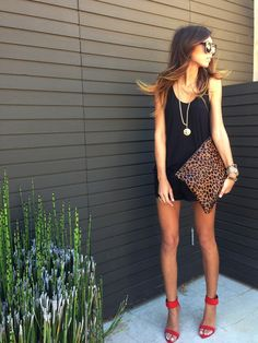 {STYLE INSPIRATION} Love this simple yet gorgeous outfit.black delicate top + black shorts + red heels + leopard print clutch perfect for going out tonight xx I Love Fashion, Passion For Fashion, Fashion Ideas, Looks Style, Style Me, Shorts Negros, Vestido Dress, Outfits Mujer, Boutique Fashion