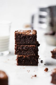 These delicious Healthy Chocolate Brownies are a healthier brownie. Lower in sugar, made with wholemeal flour and zucchini these will be a family favourite. Kakao Brownies, Beste Brownies, Cocoa Brownies, Boxed Brownies, Brownie Cake, Köstliche Desserts, Delicious Desserts, Dessert Recipes, Healthy Chocolate