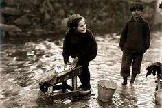 Niña lava la ropa con zuecos en un río de Sada. Foto tomada por Ruth Matilda en 1925 ( La Voz de Galicia )