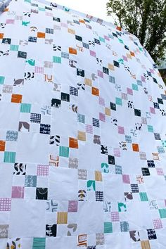 A Lotta Nines Irish Chain Quilt Combine the simple look of traditional quilt patterns and the geometric fun of Irish chain quilts to create this stunning and gorgeous free quilting pattern. Jellyroll Quilts, Scrappy Quilts, Easy Quilts, Kid Quilts, Amish Quilts, Star Quilts, Quilting Tutorials, Quilting Projects, Quilting Designs
