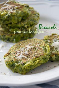 Broccoli Pancakes. Ingrediënten voor 8 stuks: 1 kleine broccoli (ongeveer 250 gram), 2 eieren (m), 70 gram bloem, 30 gram Parmezaanse kaas, teentje knoflook