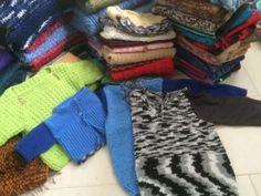 Spendenpaket von GB Wolle aus Rhede:  Handschuhe: 16 Paar Ohrenwärmer: 3 Baby Unterhosen: 10 Decken: 2 Socken: 71 Paar Mützen: 110 Stulpen: 4 paar Pullover: 62 Ponchos: 2 Westen: 10 Schal: 58