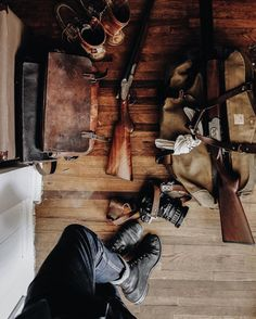 Comfortable, casual, outdoorsy feel. Again a mix of beautiful, worn leather, guns and wood.