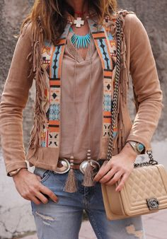 27 Pretty Patchwork Cardigans And Jackets Outfits To Explore Trendy brunette in beige suede patchwork jacket and blue jeans Hippie Style, Ethno Style, Bohemian Style, Vetements Clothing, Look Boho Chic, Moda Hippie, Estilo Hippie, Vetement Fashion, Mode Boho