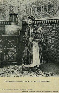 """El jarrón en la Sala de Dos Hermanas de la Alhambra.    Imagen del Archivo del Patronato de la Alhambra y Generalife publicadas en el Catálogo de la exposición """"Los Jarrones de la Alhambra: simbología y poder"""""""