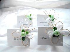 Svatební jmenovky - zelenobílí motýlci Svatební jmenovky s látkovou růžičkou, umělým buxusema perličkami dozdobí Váš svatební stůl.Vyrobeny z pevného papíru. Po domluvě je možné objednat i v jiné barvě. Výška 5cm délka 7cm Cena za 1 ks Na jmenovku Vám napíšeme jména z Vámi dodaného seznamu.