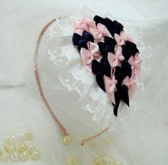 Arco/tiara com aplicações nas cores rosa bebê e roxinho, com renda de poás!    Obrigada pela visita e boas compras! R$ 18,00