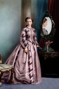 Colorized image, ca mid-late via Klimbim - She doesn't look happy does she? Civil War Fashion, 1800s Fashion, 19th Century Fashion, Edwardian Fashion, Vintage Fashion, Old Dresses, Vintage Dresses, Vintage Outfits, Style Édouardien