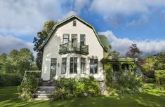 I en villastad strax utanför Stockholm ligger denna jugendpärla som New England Hus, Welcome To My House, Dutch Colonial, Villa, Small Buildings, Swedish House, House Goals, Old Houses, House Colors