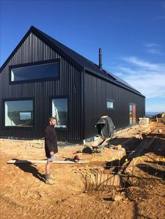 Who will build my Formance SIP home? We're working with forward-thinking builders around the country. - Trend Home Sheshed 2019 Metal Building Homes, Building A House, Sip House, Modern Barn House, Barn House Plans, Barn Plans, House Cladding, Black House Exterior, Shed Homes