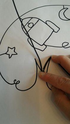 Aujourd'hui je vous montre un tutoriel un peu plus compliqué que les précédents. J'aime beaucoup réaliser des prénoms de porte pour les enf... Diy Crafts Jewelry, Wire Crafts, Diy And Crafts, Diy Baby Gifts, Kids Gifts, Wire Letters, Wire Art Sculpture, Quilt Stitching, Baby Art