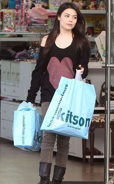 Miranda Cosgrove in shoping. Drake And Josh, Icarly Actress, Icarly Cast, Female Celebrities, Celebs, Disney Actresses, Girl Fashion Style, Miranda Cosgrove, Jennette Mccurdy