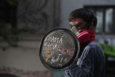 Las protestas en Santiago - 18 de noviembre - AP Photo/Esteban Felix Socialism, Chilean Flag, Riot Police, Street Quotes, Protest Art, Metro Station