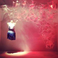 Ultimo escaparate #windowdisplay #escaparate #plasticbag #medusa #iluminacion #artidi #artidirrss @juditleyva @meelbustamante @specially.me