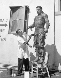 Jack Pierce puts the finishing touches on Lon Chaney, Jr.'s Mummy outfit. Sci Fi Films, Horror Films, Horror Art, Lugosi Dracula, Weird Stuff On Amazon, Lon Chaney Jr, Famous Monsters, Classic Horror Movies, Classic Monsters