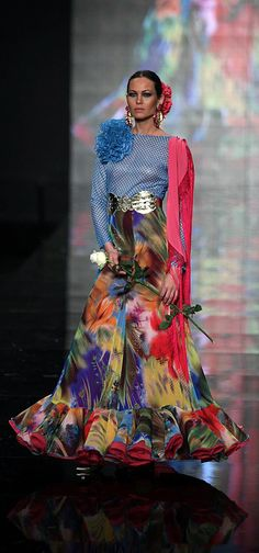 Chiffon Flamenco skirt - very effective, and the print is great Spain * Flamenco Costume, Flamenco Skirt, Moda Fashion, Fashion Show, Fashion Design, 2015 Fashion Trends, Spanish Fashion, 15 Dresses, Skirt Outfits
