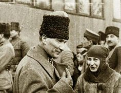 Halide Edip the 'Joan of Arc' of Turkey in earnest conversation with Mustafa Kemal Paşa Commander-in-Chief of the Turkish Forces. National Movement, Women Rights, Turkish Army, The Turk, History Photos, Great Leaders, Historical Pictures, The Republic, Revolutionaries