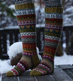 Tänäkin vuonna osallistuin joulukalenterineulontaan. Joulusukkakalenteri oli Niina Laitisen Facebookissa julkaisema ja siinä neulottiin 7 Veljeksestä kirjoneulesukat. Joka päivä julkaistiin pätkä kirj Knitted Socks Free Pattern, Crochet Socks, Sweater Knitting Patterns, Knitting Socks, Argyle Socks, Striped Socks, Fair Isle Pattern, Wool Socks, Fair Isle Knitting
