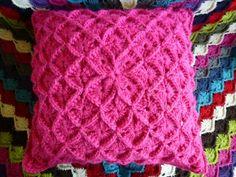 LINDEVROUWSWEB: Gehaakt Kussen Crochet Cushions, Crochet Pillow, Knit Crochet, Throw Rugs, Throw Pillows, Crochet Ornaments, Decoration, Home Deco, Pillow Covers